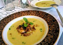 Krémová houbová polévka, zdobená restovanou hlívou ústřičnou