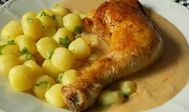 Dušená kuřecí stehna s cibulovou omáčkou