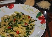 Pikantní špagety s cuketou a medvědím česnekem
