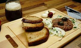 Tatarský biftek - tatarák z hovězího masa