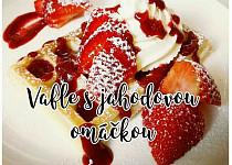 Vafle s marmeládou, šlehačkou a ovocnou omáčkou