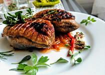 Kachní prsa s bylinkami a zeleninovým sosem