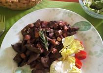 Krůtí játra na slanině a bylinkách, s dipem a jarním salátkem