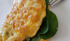 Sýrová omeleta s česnekem, špenátem a ještě medvědím česnekem