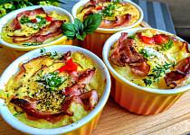 Zapečená bramborová kaše v miskách se slaninou, rajčátky a  sýrem