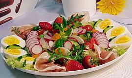 Zeleninový salát mnoha barev, se šunkou a vejci