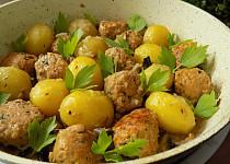 Mleté kuličky s bramborami v jedné pánvi