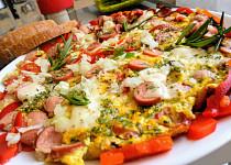 Sytá omeleta s uzeným sýrem, uzeninou  a vejci