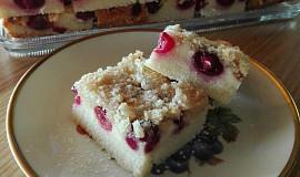 Třešňovo-tvarohový hrnkový koláč se žmolenkou