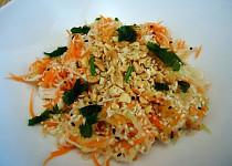 Vietnamský salát s kuřecím masem a zeleninou