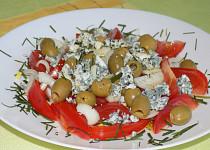 Rajčatový salát s olivami a Nivou