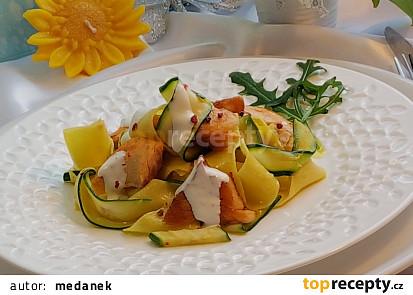 Těstoviny pappardelle s cuketou a lososem