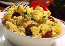 Bramborový salát s paprikovou klobásou
