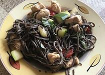 Černé těstoviny s kuřecím masem