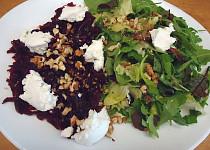 Salát s červenou řepou a měkkým kozím sýrem