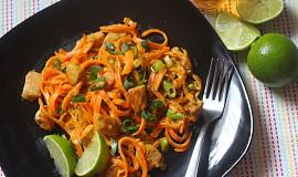 Mrkvové špagety s kuřecím masem v arašídové omáčce