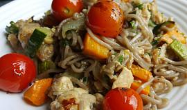 Pohankové špagety s kuřecím masem a zeleninou (bez tuku)