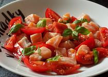 Rajčatový salát s marinovaným čerstvým lososem