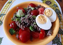 Těstovinový salát s brokolicí, cherry rajčátky a vajíčkem