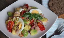 Tuňákový salát s avokádem a vejci