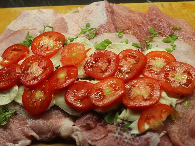 Vepřová roláda plněná rajčaty a mozzarellou