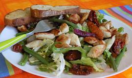 Zeleninový salát s fazolkami a kuřecím masem