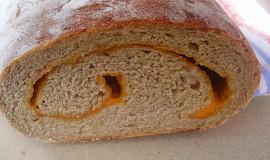 Kváskový bramborový chléb s pečeným česnekem a čedarem