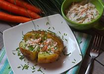 Pečené brambory s česnekovým máslem a karotkovou pomazánkou