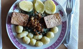 Bramborové knedlíky s baby špenátem a tofu plátky