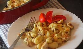 Gnocchi s kuřecím masem  zapečené s hořčičnou smetanou
