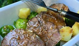 Hovězí pečené s bramborami a kapustičkami