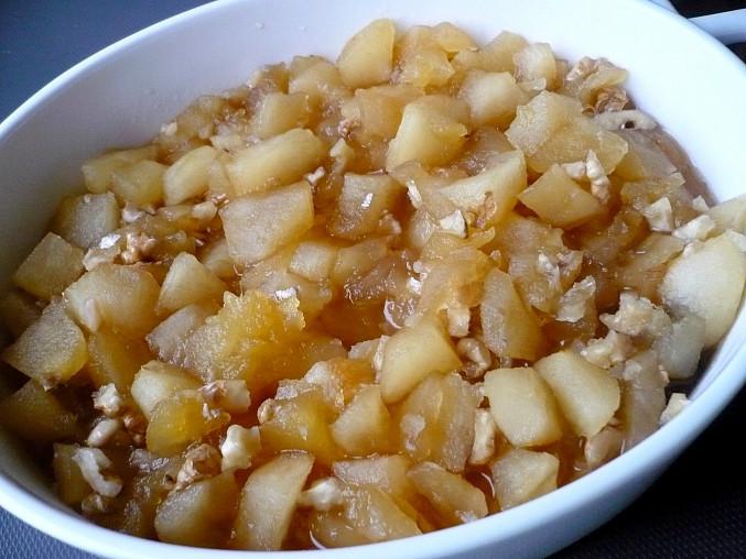 Karamelizovaná jablka s ořechy.