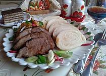 Skopová kýta pečená vcelku s medvědím česnekem
