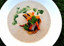 Žampionový krém s pečenou mrkví a domácím petrželovým pestem