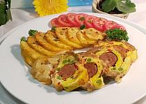 Barevná masová roláda s vaječno-sýrovou omeletou a domácí klobásou