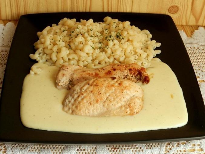Česnekovo-sýrová omáčka s kuřecím masem