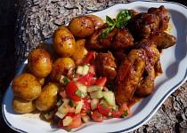 Kuřecí křídla pečená na bramborách