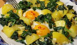 Čerstvý špenát s bramborami a vejci z jedné pánve