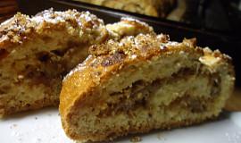 Medová roláda s ořechy