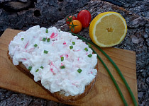 Surimi pomazánka / salát s jarní cibulkou