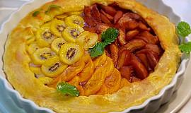 Třísurovinový koláč s karamelizovanými hruškami, s kiwi a kaki