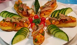 Bruschetta se žlutými rajčaty a trhaným kachním masem