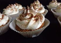 Jablečno-ořechové cupcakes s šlehačkou ve formičkách