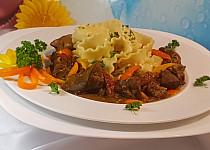 Pikantní krůtí játra v sladké chilli omáčce a těstoviny Mafaldine