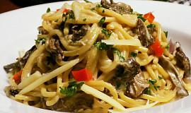 Špagety vařené s houbami ve vývaru