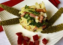 Zapečené brambory s kapustou, žampiony a slaninou