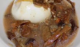 Vejce vinným sosem, s houbami províněná