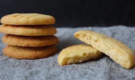 Domácí křupavé máslové sušenky s parmezánem