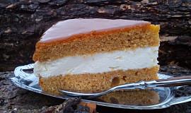 Mrkvový dort (řez) s krémem a karamelovou polevou