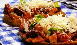 Slaninové pikantní fazole s rajčaty na topince